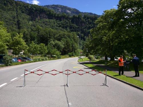 Auf der Höhe Lützelau wurde die Hauptstrasse von Weggis nach Vitznau gesperrt. (Bild: Geri Holdener / Bote der Urschweiz)
