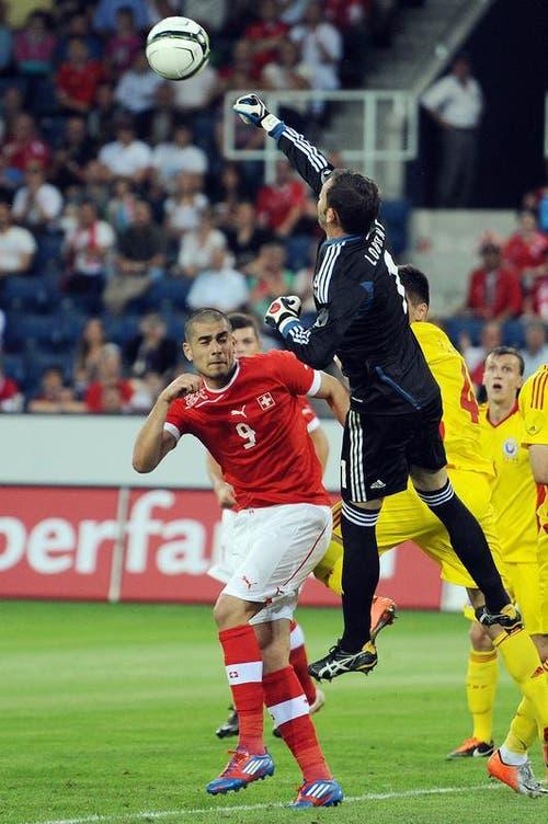 Rumänien-Keeper Bogdan Ionut Lobont (rechts) muss gegen den heranstürmenden Schweizer Eren Derdiyok wehren. (Bild: Keystone)