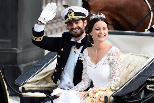 Der schwedische Prinz Carl Philip und Sofia Hellqvist werden nach der Heirat im königlichen Palast durch Stockholm kutschiert. (Bild: EPA / Mikael Fritzon)