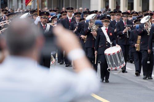 Die Harmonie Municipale de Monthey bei ihrer Parade. (Bild: LAURENT GILLIERON)
