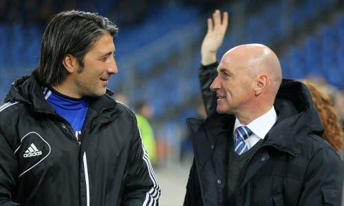 Der Luzerner Trainer Carlos Bernegger, rechts, im Gespräch mit Basels Trainer Murat Yakin (Bild: Keystone)