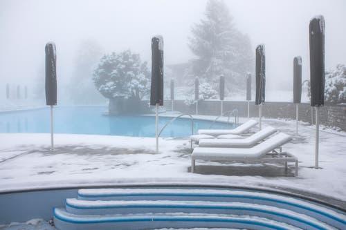 Schnee liegt auf der Terrasse des Alpine Spa. (Bild: Keystone/Alexandra Wey (6. November 2017, Obbürgen))