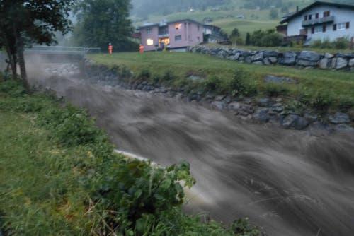 In Dallenwil ist der Steinibach in kurzer Zeit stark angestiegen. Zur Sicherung der Brücke war die Feuerwehr im Einsatz. (Bild: Franz Niederberger)