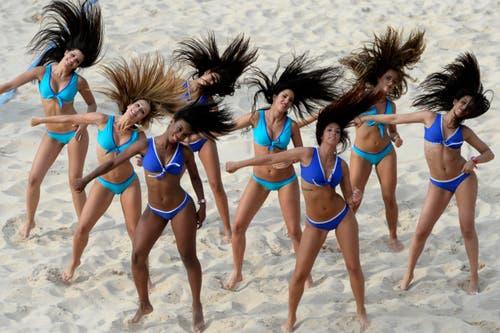 Tänzerinnen im Beachvolley-Sand in Luzern. (Bild: Keystone)