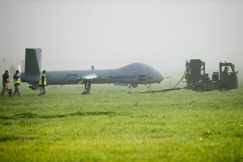 Eine Drohne des Typs Hermes 900 vor dem Start zu einem Testflug am Freitagmorgen auf der Airbase Emmen zu einem Testflug. Die Hermes 900 kommt als Nachfolgerin der bei der Schweizer Luftwaffe im Dienst stehenden Aufklaerungsdrohne ADS 95 in Frage. (Bild: Keystone)