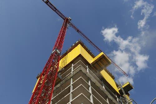 Jede Woche ein Stockwerk höher: Parktower beim Bahnhof Zug am 18. April 2013. (Bild: Stefan Kaiser / Neue ZZ)