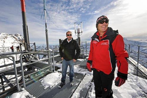 Peter Reinle, Marketingleiter Titlis Bahnen mit Roger Waser, Ingenieur Hängebrücke auf dem Sendeturm. (Bild: Eveline Beerkircher/Neue LZ)