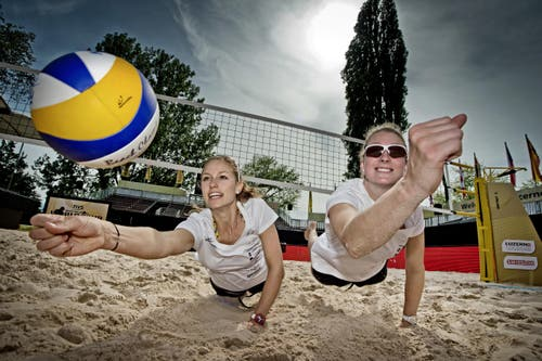 Die beiden Beachvolleyballerinnen Nina Betschart (links) und Nicole Eiholzer haben vor dem Turnier grosse Ambitionen. (Bild: Pius Amrein / Neue LZ)