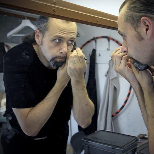 Michel Gammenthaler schminkt sich im Knie-Wagen. (Bild: Pius Amrein / Neue LZ)