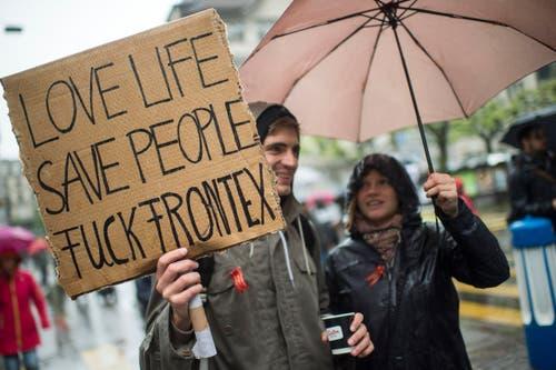 """Zürich: Ein Demonstrant trägt ein Transparent mit der Aufschrift """"Live Life. Save People. Fuck Frontex"""". (Bild: Keystone)"""