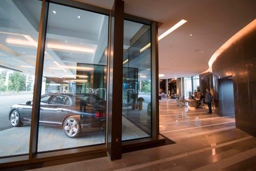 Blick in den Réception-Bereich. Das Hotel bietet für die Gäste einen Shuttle-Service mit dem Bentley an. (Bild: Urs Flüeler / Keystone)