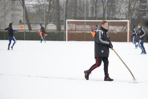 Auch so kennt man Rolf Fringer: Schneeschaufeln auf dem Trainingsgelände. (Bild: Pius Amrein/Neue LZ)