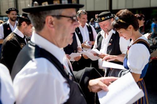 Festteilnehmer betrachten ihre Resultate. (Bild: Philipp Schmidli)