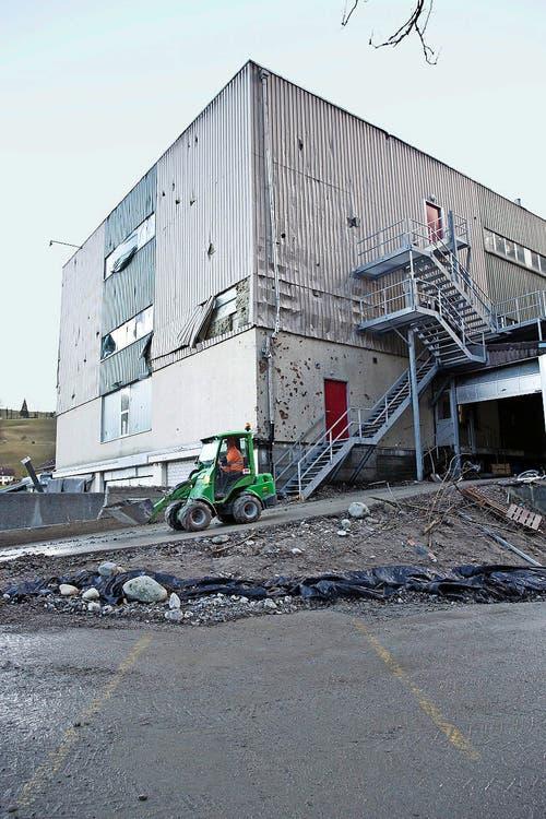 Herumfliegende Felsbrocken rissen Löcher in mehrere Gebäude. (Bild: Manuela Jans)