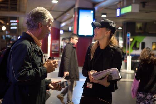 Fabienne Bossard, Projektleiterin Marketing, im Gespräch mit einem Passanten. (Bild: Nadia Schärli / Neue LZ)