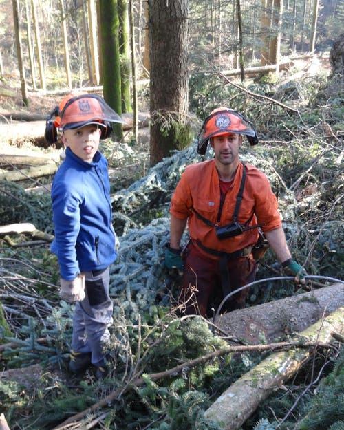 Sven Odermatt und Forstwart Ady Degelo hängen im Hergiswiler Korporationswald Stämme an den Mobilseilkran (Bild: Josef Odermatt, Amt für Wald und Energie NW)