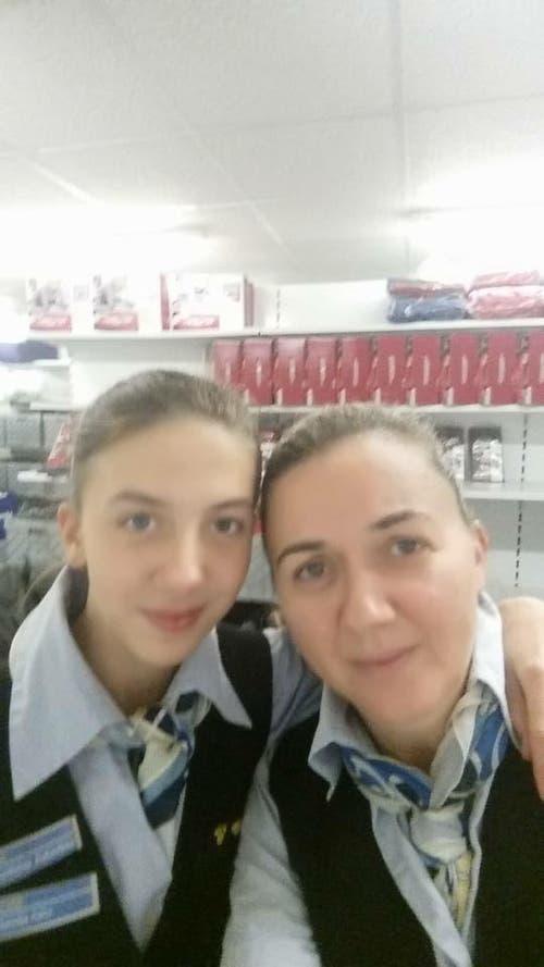 Natalija Adler mit Mami bei der Arbeit am Zukunftstag im Tchibo Luzern (Bild: Natalija Adler)