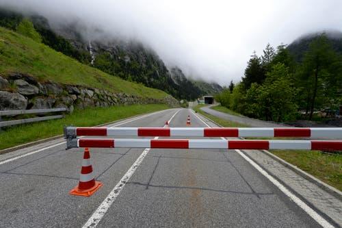 Hier ist fertig: Die Schöllenenstrasse ist gesperrt. (Bild: Keystone / Urs Flüeler)