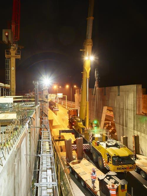 Mit schwerem Gerät wurden im November die ersten Deckenelemente auf der Fahrspur Richtung Ebikon montiert. (Bild: PD)