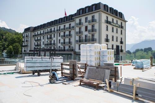 Die Arbeiten vor dem Hotel Palace sind in vollem Gang (21.6.2017) (Bild: Alexandra Wey / Keystone)