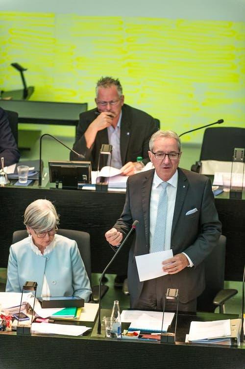 Robert Küng, FDP, spricht vor den Kantonsräten. (Bild: Roger Grütter / Neue LZ)