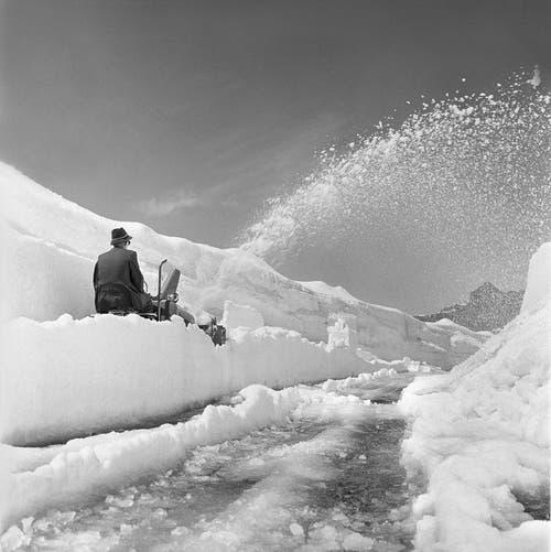 Ein Strassenunterhaltsarbeiter bei der Schneeräumung mit einer Schneeschleuder am 23. Mai 1959 am Sustenpass (2224 Meter). (Bild: Keystone)