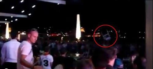 Vor dem KKL bei der Seebar wird mit Stühlen auf gegnerische Fans eingedroschen. (Bild: Youtube-Video)