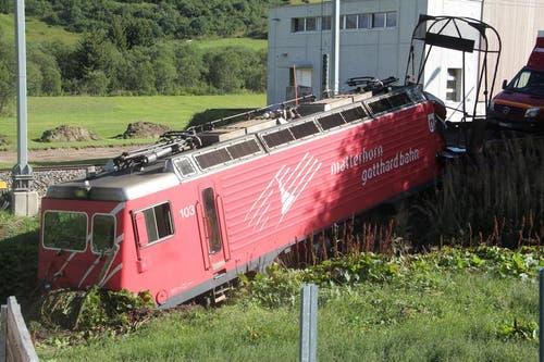 21. August: In Realp entgleist ein Autozug des Autoverlads Furka. Die Lokomotive und zwei Wagen springen aus den Schienen. Der Zug hat bei der Einfahrt in den Bahnhof Realp nicht rechtzeitig angehalten, die Kombination ist in einen Prellpock gefahren. (Bild: Leserbild Stanislav Holecek)