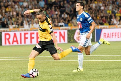 YBs Miralem Sulejmani, links, gegen Luzerns Ricardo Costa im Kampf um den Ball. (Bild: Anthony Anex / Keystone)