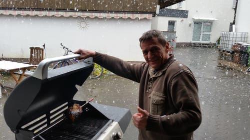 Das Bild stammt zwar nicht aus der Zentralschweiz, aber dafür vom Obwaldner Werner von Rotz. Hier sieht man ihn beim «Wintergrillen» im Sauerland (D). (Bild: Leser Werner von Rotz)