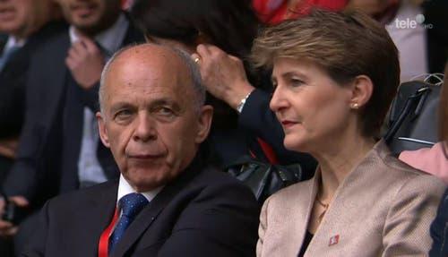 Die Bundesräte Ueli Maurer und Simonetta Sommaruga warten – unter anderem auf den Auftritt ihres Bundesratskollegen Johann Schneider-Ammann. (Bild: Alptransit Livestream)