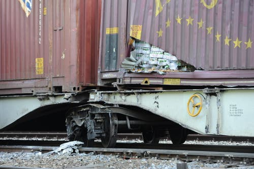 Die entgleisten Güterwagen hatten Zucker, Bier und Kosmetika geladen. Hier kommt ein Teil der Ladung zum Vorschein. (Bild: Urs Hanhart (Neue UZ))