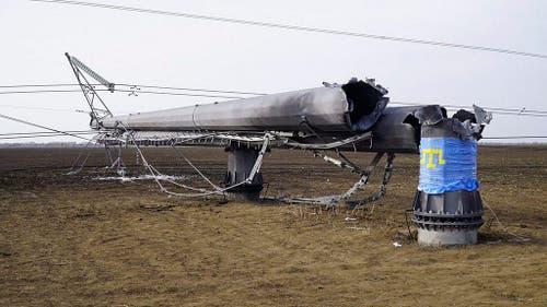 22. November: Die fast zwei Millionen Bewohner der Halbinsel Krim sitzen im Dunkeln: Zwei Explosionen bringen Masten der Stromversorgung zu Fall. (Bild: EPA / Hromadske TV)