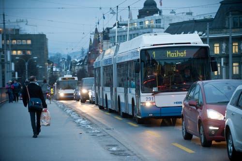 4. Februar: Die Fahrgäste im öffentlichen Verkehr ärgern sich am meisten über Verspätungen. Dies zeigt eine Umfrage. Um die Pünktlichkeit der Busse zu verbessern, fordert der Luzerner Verkehrsverbund mehr Busspuren. (Bild: Boris Bürgisser / Neue LZ)