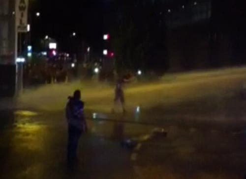 Durch die Wucht des Wasserstrahls wird der Mann um mehrere Meter zurückgeworfen. (Bild: Leserreporter)