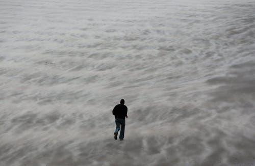 """Wenn der Strand zum Nebelmeer wird: Im belgischen Blankenberger wirbelt """"Xaver"""" ordentlich Sand auf. (Bild: Keystone)"""