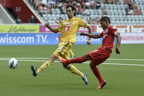 Der Luzerner Tomislav Puljic gegen Thuns Josef Martinez. (Bild: Keystone)