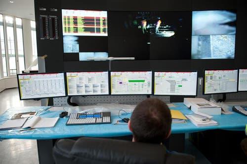 Die Kommandozentrale in der neuen Kehrrichtverbrennungsanlage. (Bild: Boris Bürgisser / Neue LZ)