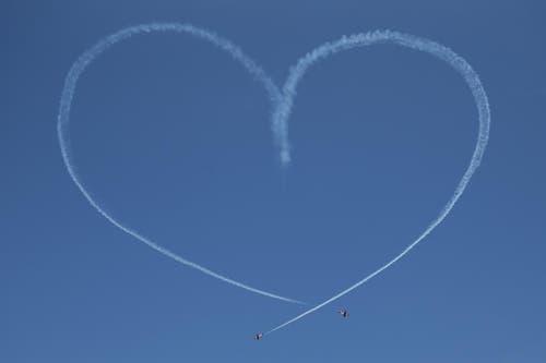 Zwei Piloten der PC-7 Staffel zeichnen ein Herz an den Himmel. (Bild: Philipp Schmidli)