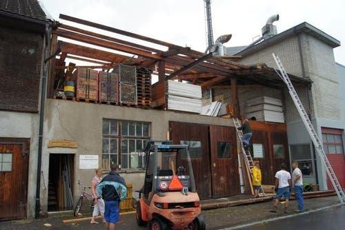 An der Höfnerstrasse in Unterägeri fegte der Wind das Dach einer Schreinerei weg. (Bild: Zuger Polizei)