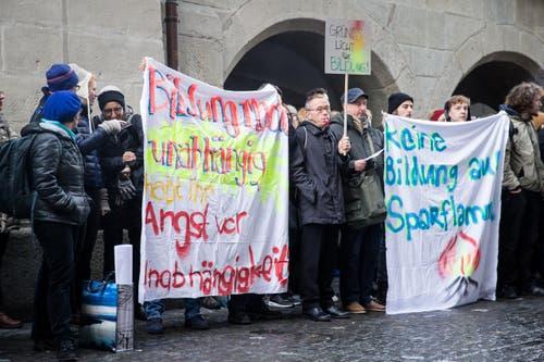 Initiiert hatte die Aktion vor dem Regierungsgebäude die Luzerner Allianz für Lebensqualität, eine Vereinigung von 40 Organisationen, darunter Personalverbände, Gewerkschaften und die politische Linke. (Bild: Manuela Jans-Koch)