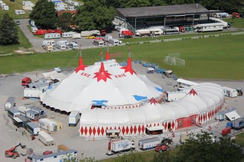 Um 11 Uhr ist der Zeltaufbau abgeschlossen. Vorher gibt es so einiges zu tun: (Bild: René Meier / Luzernerzeitung.ch)