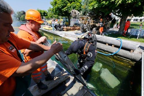 Berufstaucher Miklos Erismann geht für Roman Signers Skulptur «Seesicht» am 18. Mai ins Wasser. (Bild: Stefan Kaiser / Neue ZZ)
