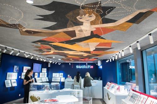 Blick in den Swatch-Shop mit 150-200 Uhren. (Bild: Eveline Beerkircher)