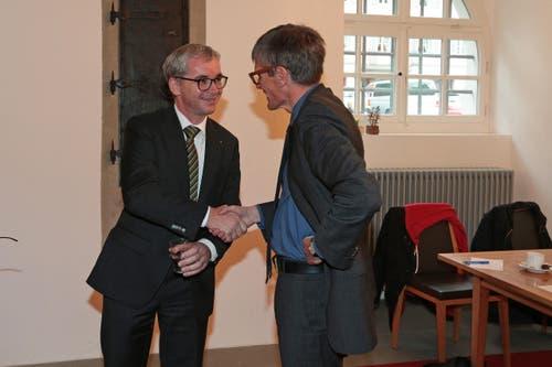 Karl Vogler, rechts, gratuliert Erich Ettlin zur Wahl in den Ständerat. (Bild: Roger Zbinden / Neue LZ)