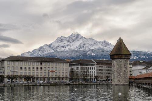 Luzern mit verschneitem Pilatus (Bild: Roland Bucheli)