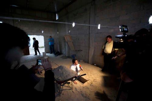 """11. Juli: Der mexikanische Drogenbaron Joaquin """"El Chapo"""" Guzman wechselt noch schnell die Schuhe – die Überwachungskamera filmt seine Zelle im Hochsicherheitsgefängnis pausenlos. Dann begibt er sich in die Ecke mit der Dusche, bückt sich – und ist verschwunden. Dass dort ein Tunnel in die Freiheit existiert, hat die Kamera nicht mitbekommen. (Bild: AP Photo/Eduardo Verdugo)"""