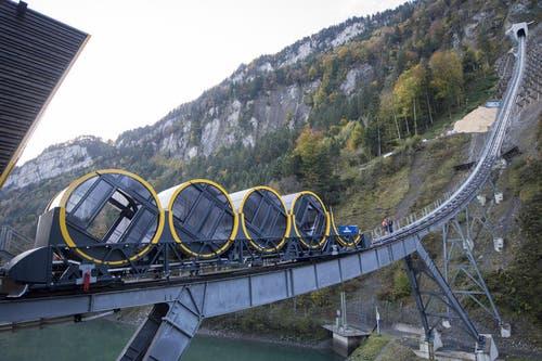 Der erste von zwei Wagen steht auf den Geleisen der neuen Bahn (12. Oktober 2017) (Bild: Urs Flüeler / Keystone (Schwyz, 12. Oktober 2017))