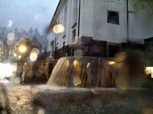 Fluten vor der Pfarrkirche Stans (Bild: Leserbild Mercedes von Holzen)