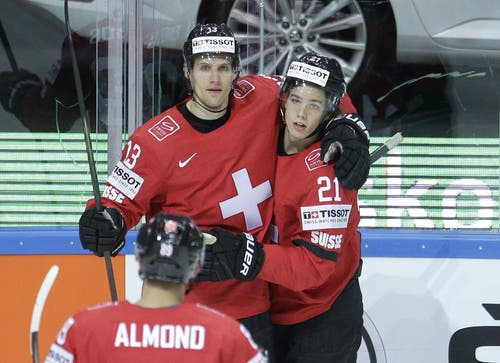 Die Schweizer Felicien du Bois (links) und Kevin Fiala (rechts) feiern das erste Tor des Spiels. (Bild: Keystone / Petr David Josek)